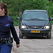 NLD/11-05-2012/HILVERSUM - In het Hilversumse recreatiegebied Anna's Hoeve is een dode man gevonden. Het stoffelijk overschot ligt in het bos achter het parkeerterrein tegenover de voormalige uitspanning Anna's Hoeve, aan de weg tussen Hilversum en Baarn. De politie heeft het gebied afgezet en is bezig met forensisch onderzoek. Nadere informatie volgt zo spoedig mogelijk.