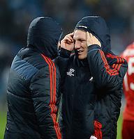 FUSSBALL   CHAMPIONS LEAGUE   SAISON 2013/2014   Vorrunde Manchester City - FC Bayern Muenchen        02.10.2013 Bastian Schweinsteiger (re) und  Arjen Robben (li, FC Bayern Muenchen) analysieren nach dem Abpfiff in dicken Jacken das Spiel.
