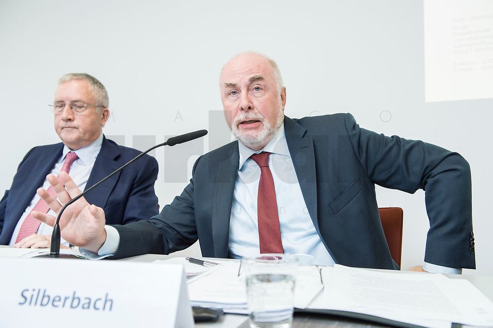 """30 AUG 2016, BERLIN/GERMANY:<br /> Manfred Guellner (L), Geschaeftsfuehrer Forsa-Institut, und Ulrich Silberbach (R), dbb Bundesvorsitzender, Pressekonferenz des Deutschen Beamtenbundes, dbb, zur Vorstellung der """"dbb Bürgerbefragung öffentlicher Dienst 2018"""" von Forsa, dbb atrium<br /> IMAGE: 20180830-01-033<br /> KEYWORDS: Manfred Güllner"""