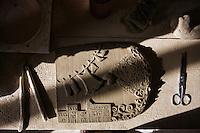 BARCELLONE POZZO DI GOTTO (ME), ITALIA - 20 FEBBRAIO 2015: Una tavola di terracotta realizzata da un ospite della Casa di Solidarietà e di Accoglienza di Don Pippo Insana, si trova qui nel laboratorio di ceramica, a Barcellona Pozzo di Gotto il 20 febbraio 2015.