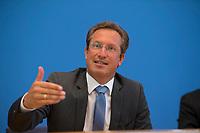 DEU, Deutschland, Germany, Berlin, 04.06.2018: Stephan Thomae, stellvertretender Vorsitzender der FDP-Bundestagsfraktion, in der Bundespressekonferenz zum Thema: Antrag zur Einsetzung eines Untersuchungsausschusses zum BAMF-Skandal.