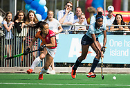 LAREN -  Hockey -  Laura Marell (Laren) met Shihori Oikawa (Oranje-Rood) .  Hoofdklasse dames Laren-Oranje Rood (0-4). Oranje Rood plaatst zich voor Play Offs.  COPYRIGHT KOEN SUYK