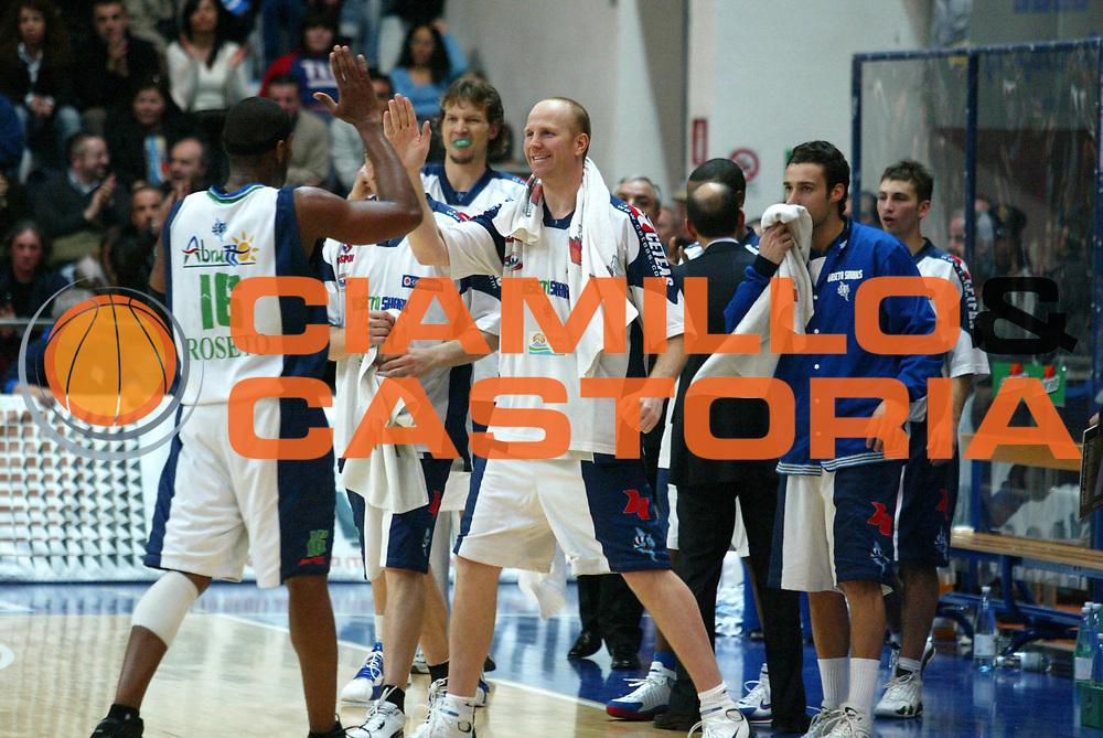 DESCRIZIONE : Milano Lega A1 2005-06 Roseto Basket Armani Jeans Milano <br /> GIOCATORE : Callahan <br /> SQUADRA : Roseto Basket <br /> EVENTO : Campionato Lega A1 2005-2006 <br /> GARA : Roseto Basket Armani Jeans Milano <br /> DATA : 26/02/2006 <br /> CATEGORIA : Esultanza <br /> SPORT : Pallacanestro <br /> AUTORE : Agenzia Ciamillo-Castoria/G.Ciamillo