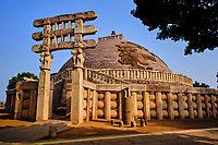 Inde, état du Madhya Pradesh, Sanchi, monuments bouddhiques classés Patrimoine mondial de l'UNESCO, le grand stupa, porte sud // India, Madhya Pradesh state, Sanchi, Buddhist monuments listed as World Heritage by UNESCO, the main stupa a 2200 year old Buddhist monument built by Emperor Ashoka, Unesco World Heritage, south door