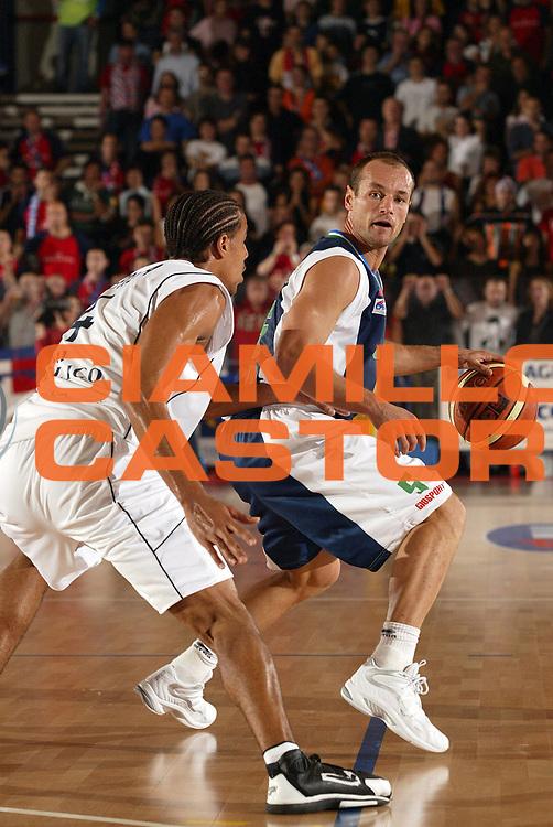 DESCRIZIONE : BIELLA CAMPIONATO LEGA A1 2005-2006 <br /> GIOCATORE : BUSCA <br /> SQUADRA : ROSETO <br /> EVENTO : CAMPIONATO LEGA A1 2005-2006 <br /> GARA : BIELLA-ROSETO <br /> DATA : 29/10/2005 <br /> CATEGORIA : Palleggio <br /> SPORT : Pallacanestro <br /> AUTORE : Agenzia Ciamillo-Castoria/E.Pozzo