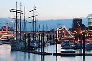 Hamburger Hafen bei Daemmerung, Hamburg, Deutschland.|.Hamburg harbour at dusk, Hamburg, Germany.