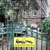 Nederland, Amsterdam , 14 september 2010..Gedoogd parkeren op de oprijlaan van de Friesche Bank op het Museumplein.Foto:Jean-Pierre Jans