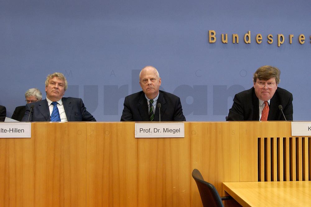 """13 MAY 2004, BERLIN/GERMANY:<br /> Gerd Schulte-Hillen (L), Stiftung Liberales Netzwerk, Prof. Meinhard Miegel (M), Buergerkonvent, Karl-Ulrich Kuhlo (R), Initiative """"Deutschland packt´s ab"""", waehrend der Pressekonferenz """"Fuer ein besseres Deutschland"""" - eine Aktionsgemeinschaft von 10 Reforminitiativen mit Forderungen an die Politik, Bundespressekonferenz<br /> IMAGE: 20040513-01-026<br /> KEYWORDS: Bürgerkonvent"""