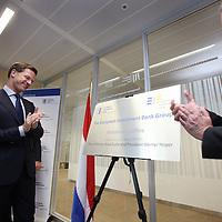 Nederland, Amsterdam , 15 mei 2014. <br /> Minister-president Rutte (l) opende donderdag 15 mei de Nederlandse vestiging van de Europese Investeringsbank (EIB) in Amsterdam. <br /> Werner Hoyer (r), de president van de EIB appluadisseert met de premier .De EIB is het financieringsinstituut van de Europese Unie.<br /> De 28 lidstaten zijn aandeelhouder. De bank is opgericht in 1958 bij het Verdrag van Rome en heeft als doel projecten te financieren die zijn gericht op de versterking van de Europese economie.<br /> Prime Minister Rutte (l) opened Thursday, May 15th, the Dutch branch of the European Investment Bank (EIB) in Amsterdam. Werner Hoyer, president of the EIB &reg;.<br /> <br /> The EIB is the financing institution of the European Union.
