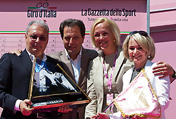 21.05.2011, Hauptplatz Lienz, AUT, Giro d´ Italia 2011, 14. Etappe, Lienz - Monte Zoncolan, im Bild Giro-Direktor Angelo Zomegnan, TVB Osttirol Obmann Franz Theurl, Astrid Trojer-Pirker, die Bürgermeisterin von Lienz mit der Giro Fahne Elisabeth Blanik // during the Giro d´ Italia 2011, Stage 14, Lienz - Monte Zoncolan,Austria, 2011-05-21, EXPA Pictures © 2011, PhotoCredit: EXPA/ J. Feichter