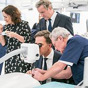 NLD/Amsterdam/20190206- Bezoek Mark Rutte aan het Skills Centre (AMC), Mark Rutte voert een oogoperatie uit