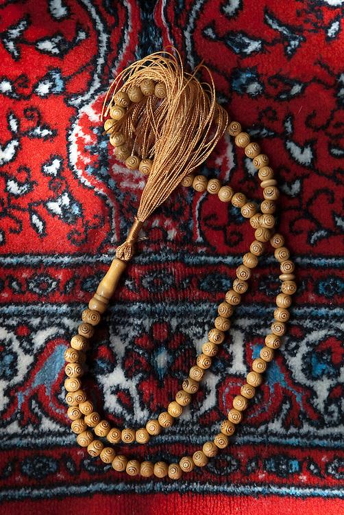Le chapelet, appelé misbaha, sabna ou tasbih selon les régions, est utilisé pour réciter le dhikr incluant les 99 noms d'Allah ainsi que la glorification de Dieu après les prières.