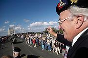 Nederland, Nijmegen, 19-9-2004..Veteranen van de operatie market garden, slag om arnhem, brug te ver, worden tijdens de 60e en laatste grootschalige herdenking en terwijl ze over de waalbrug rijden in voertuigen uit de oorlog, enthousiast begroet en bedankt door inwoners van Nijmegen, voor welke stad deze operatie de bevrijding opleverde. 2e, tweede wereldoorlog, ..Foto: Flip Franssen/Hollandse Hoogte