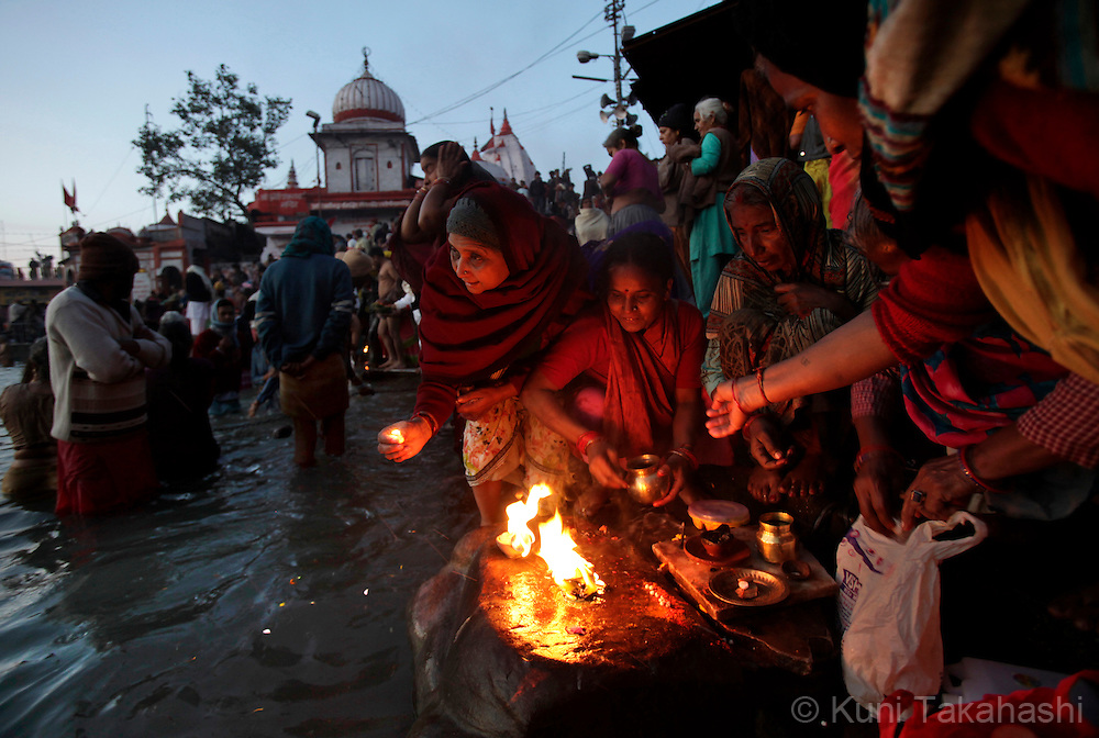 Pilgrims at holy Ganga River in Haridwar, India on Jan 2010 during Kumb Mela, largest Hindu gathering in the world. Hindus believe that bathing in the Ganges during the festival cleanses them of sin. Photo by Kuni Takahashi