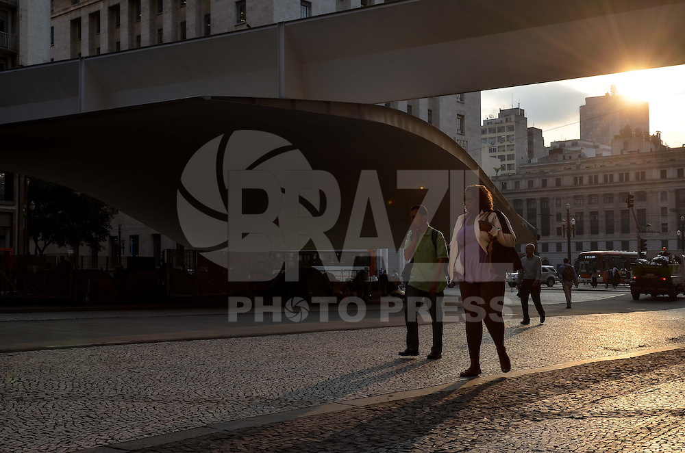 SAO PAULO, 18 DE ABRIL DE 2013 - CLIMA TEMPO - SAO PAULO - Paulistano vive tarde de temperaturas amenas,na Praça do Patriarca, região central da capital, no fim da tarde desta quinta feira, 18 (FOTO: ALEXANDRE MOREIRA / BRAZIL PHOTO PRESS)