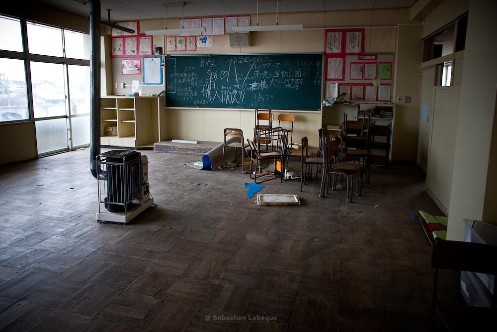 Ishinomaki  MinatoDaini shogako Junior High School  mars 2012.Le collège MinatoDani Shogako est fermé de puis le 11 mars 2011. Ce jour là, les enfants se sont réfugiés sur les toits et au 4ème étage. Mais 3 dentres eux ne purent séchapper. .Les salles de classe des niveaux supérieurs sont restés telles quelles depuis lannée dernière, au rez de chaussé plus rien ne subsiste.