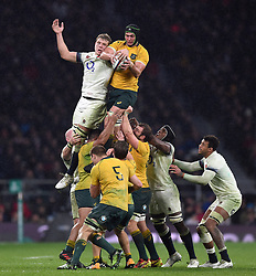 Rob Simmons of Australia wins the ball at a lineout - Mandatory byline: Patrick Khachfe/JMP - 07966 386802 - 18/11/2017 - RUGBY UNION - Twickenham Stadium - London, England - England v Australia - Old Mutual Wealth Series International