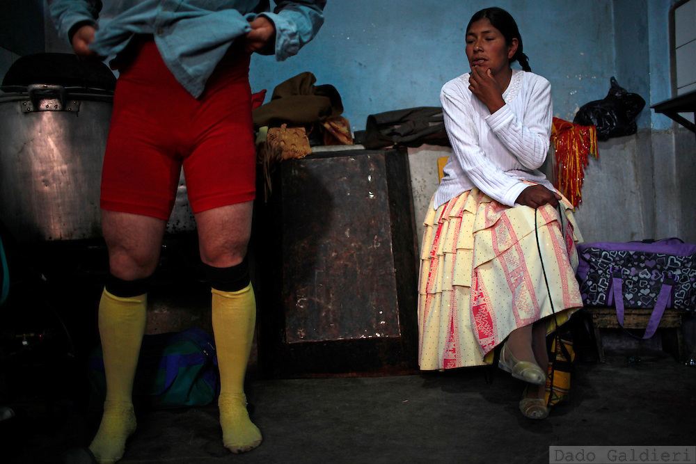 In the poor neighborhoods of this Andean city, wrestling Cholitas represent the Aymara indigenous women on a teatrized, partially comic and partially tragedic, choreography of their struggle as women to get ahead and gain respect on a  mestizo and machist society.  At the same time they attract and keep the audience interested in the fights swinging their long skirts and shaking their bodies with movements whose sexual conotation is often more than a hint.