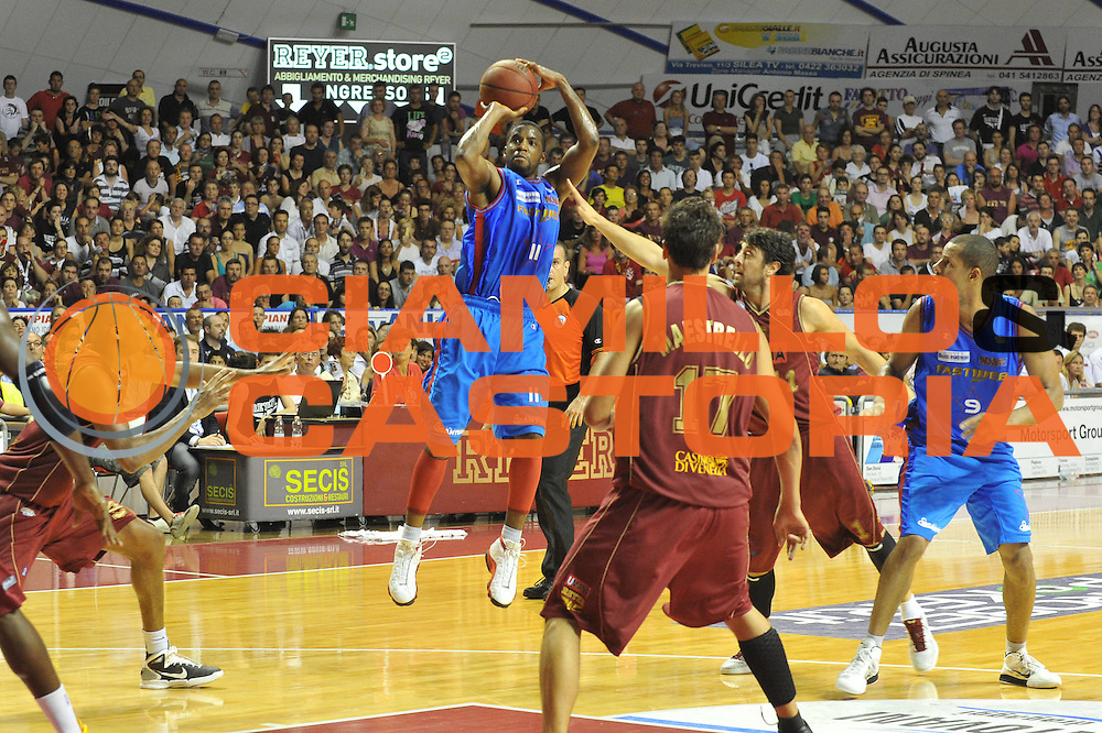 DESCRIZIONE : Venezia Lega Basket A2 2010-11 Playoff Finale Gara 3 Umana Reyer Fastweb Casale Monferrato<br /> GIOCATORE : Donell taylor<br /> CATEGORIA : Tiro<br /> SQUADRA : Umana Reyer Fastweb Casale Monferrarto<br /> EVENTO : Campionato Lega A2 2010-2011<br /> GARA : Umana Reyer Venezia Fastweb Casale Monferrato<br /> DATA : 17/06/2011<br /> SPORT : Pallacanestro <br /> AUTORE : Agenzia Ciamillo-Castoria/M.Gregolin<br /> Galleria : Lega Basket A2 2010-2011 <br /> Fotonotizia : Venezia Lega Basket A2 2010-11 Playoff Finale Gara 3 Umana Reyer Venezia Fastweb Casale Monferrato<br /> Predefinita :