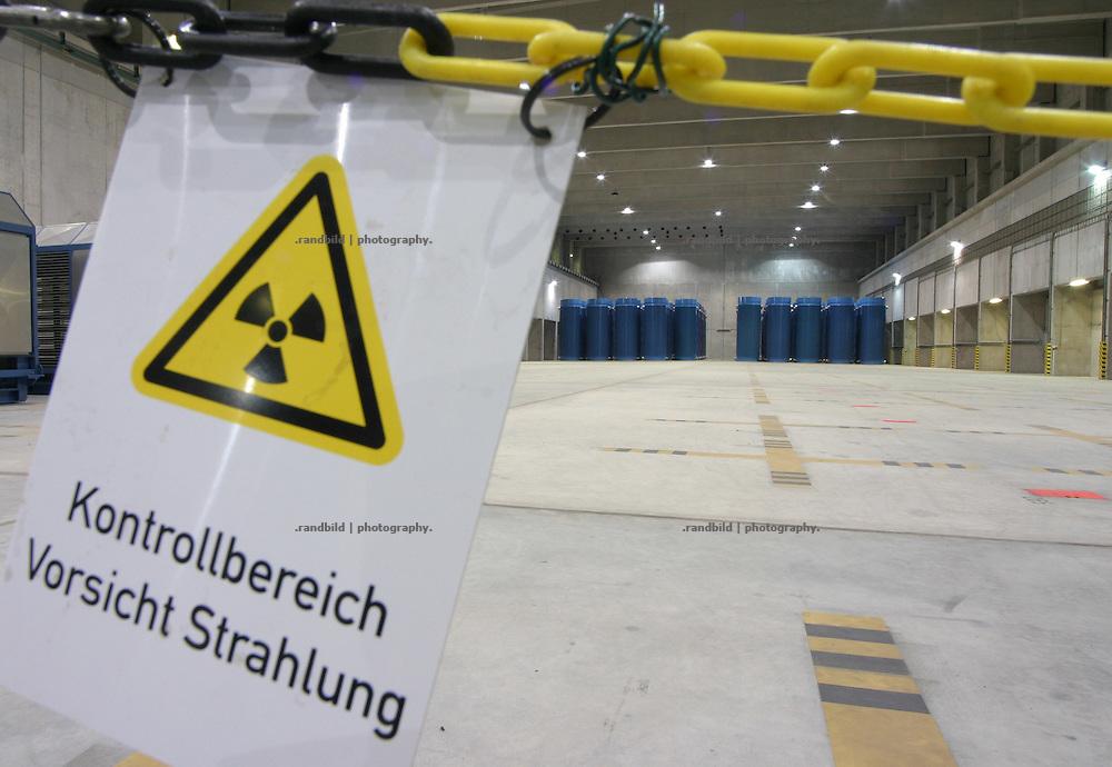 Insgesamt 68 Castorbehälter, beladen mit hochradioaktivem Atommüll, lagern zur Zeit (2006) in der so genannten Castorhalle in Gorleben (Niedersachsen). 1995 wurde der erste Behälter unter massiven Protest der Bevölkerung angeliefert...Temporary storage hall for high radioactive disposal in Gorleben. Castor containers in background.