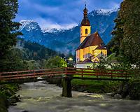 Malerischer Blick auf die Ramsauer Kirche St. Sebastian bei Nacht. Ramsau, das 1. Bergsteigerdorf Deutschlands liegt inmitten der Alpen im Nationalpark Berchtesgaden.