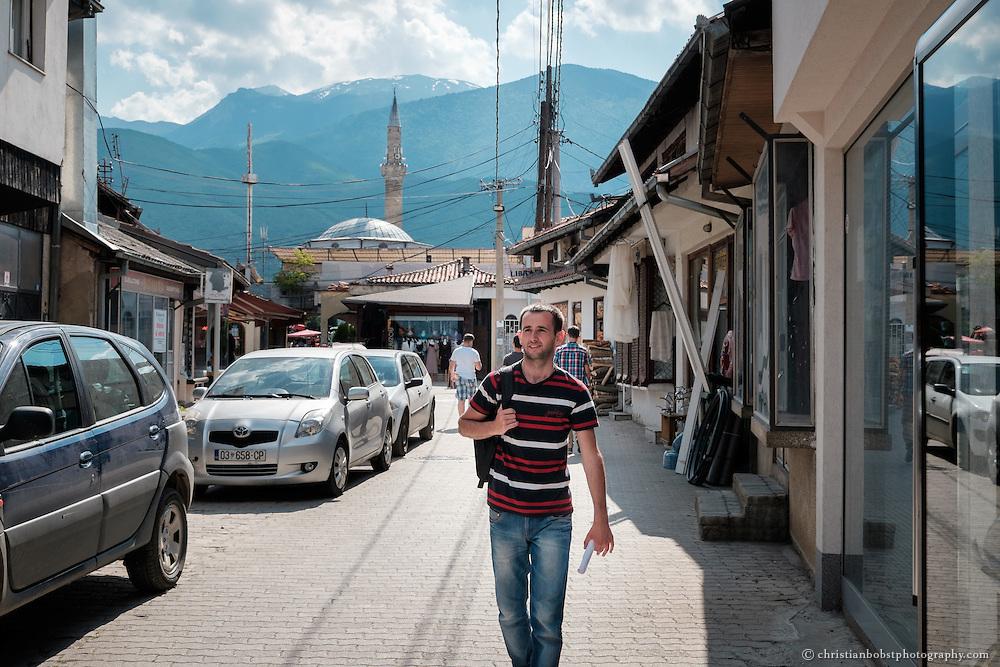 """Arlind Gashi, wohnt und arbeitet in Peja, hat Ausbildung bei """"Praktik"""" gemacht, das von Helvetas unterstützt wird. In diesem Bild auf dem Weg zu einer Arbeitsvisite bei einem Kunden der Internet-Firma Kutseja, wo Arlind dank seiner Weiterbildung einen festen Job gefunden hat."""