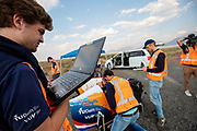 Een van de technici controleert op zijn laptop de gegevensuitwisseling. Op zondagavond vindt de eerste race plaats. Het Human Power Team Delft en Amsterdam, dat bestaat uit studenten van de TU Delft en de VU Amsterdam, is in Amerika om tijdens de World Human Powered Speed Challenge in Nevada een poging te doen het wereldrecord snelfietsen voor vrouwen te verbreken met de VeloX 9, een gestroomlijnde ligfiets. Het record is met 121,81 km/h sinds 2010 in handen van de Francaise Barbara Buatois. De Canadees Todd Reichert is de snelste man met 144,17 km/h sinds 2016.<br /> <br /> With the VeloX 9, a special recumbent bike, the Human Power Team Delft and Amsterdam, consisting of students of the TU Delft and the VU Amsterdam, wants to set a new woman's world record cycling in September at the World Human Powered Speed Challenge in Nevada. The current speed record is 121,81 km/h, set in 2010 by Barbara Buatois. The fastest man is Todd Reichert with 144,17 km/h.