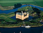 Nederland, Noord-Holland, Muiden, 17-10-2005; luchtfoto (25% toeslag); Rijksmuseum Muiderslot (Herengracht 1), middeleeuws kasteel, in oorsprong gebouwd rond 1280 (graaf Floris V). In Gouden Eeuw bewoond door de dichter en toneelschrijver P.C. Hooft (drost van het slot, oprichter en middelpunt van de Muiderkring). Achter het kasteel de nutstuin (kruiden, moestuin); geschiedneis, literatuur, vestingbouw, slotgracht; .zie ook andere (lucht)foto's van deze lokatie.foto Siebe Swart