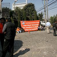 METEPEC, México.- Militantes de Convergencia se instalaron a las afueras del hotel en donde se llevaría a cabo la instalación del consejo estatal, que sería encabezado por el dirigente del partido Juan Abad de Jesús, mantas con diversas leyendas fueron instaladas en el lugar. Agencia MVT / Crisanta Espinosa. (DIGITAL)