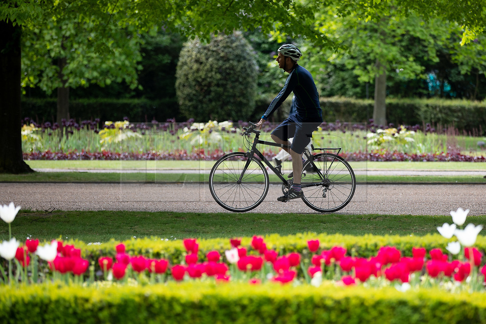 © Licensed to London News Pictures. 30/04/2019. London, UK. People enjoy the sun in Regent's Park on a warm afternoon in central London. Photo credit : Tom Nicholson/LNP