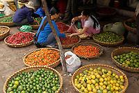 Vietnam. Hanoi. Marché dans le quartier des Trente six guides.  // Vietnam. Hanoi. Market on the old quarter.