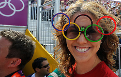 29-07-2012 WIELRENNEN: OLYMPISCHE SPELEN 2012 WEGWEDSTRJD VROUWEN: LONDEN<br /> Toeschouwer publiek bij het goud van Marianne Vos<br /> ©2012-FotoHoogendoorn.nl