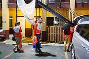 Het team gaat vroeg op weg voor de kwalificaties. Op maandagochtend vinden de kwalificaties plaats. Het team slaagt er door valpartijen niet in om de rijders en de VeloX V te kwalificeren. Het Human Power Team Delft en Amsterdam (HPT), dat bestaat uit studenten van de TU Delft en de VU Amsterdam, is in Amerika om te proberen het record snelfietsen te verbreken. Momenteel zijn zij recordhouder, in 2013 reed Sebastiaan Bowier 133,78 km/h in de VeloX3. In Battle Mountain (Nevada) wordt ieder jaar de World Human Powered Speed Challenge gehouden. Tijdens deze wedstrijd wordt geprobeerd zo hard mogelijk te fietsen op pure menskracht. Ze halen snelheden tot 133 km/h. De deelnemers bestaan zowel uit teams van universiteiten als uit hobbyisten. Met de gestroomlijnde fietsen willen ze laten zien wat mogelijk is met menskracht. De speciale ligfietsen kunnen gezien worden als de Formule 1 van het fietsen. De kennis die wordt opgedaan wordt ook gebruikt om duurzaam vervoer verder te ontwikkelen.<br /> <br /> The qualifying on Monday. The team didn't qualify due to crashes. The Human Power Team Delft and Amsterdam, a team by students of the TU Delft and the VU Amsterdam, is in America to set a new  world record speed cycling. I 2013 the team broke the record, Sebastiaan Bowier rode 133,78 km/h (83,13 mph) with the VeloX3. In Battle Mountain (Nevada) each year the World Human Powered Speed Challenge is held. During this race they try to ride on pure manpower as hard as possible. Speeds up to 133 km/h are reached. The participants consist of both teams from universities and from hobbyists. With the sleek bikes they want to show what is possible with human power. The special recumbent bicycles can be seen as the Formula 1 of the bicycle. The knowledge gained is also used to develop sustainable transport.
