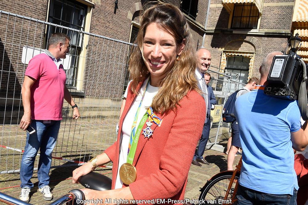Medaillewinnaars van de Olympische Zomerspelen 2016 vertrekken per fiets van het Binnenhof voor een ontvangst op Paleis Noordeinde. <br /> <br /> op de foto:  Maaike Head