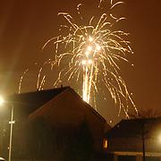 NLD/Huizen/20060101 - Vuurwerk boven woonwijk oud en nieuw 2005/2006, rotjes, vuurpijlen, gevaarlijk, nacht