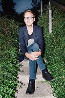 """Der slowakische Schriftsteller Michal Hvorecky posiert für ein Portrait auf dem Gelände der Universitätblibliothek in Warschau. Zuletzt erschien sein Buch """"Troll"""" auf deutsch in Tropen Verlag."""