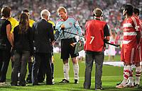 Fotball<br /> Bundesliga Tyskland<br /> 02.09.2008<br /> Foto: Witters/Digitalsport<br /> NORWAY ONLY<br /> <br /> Dr. Reinhard Rauball Praesident Deutsche Fussball Liga DFL, verabschiedet Oliver Kahn<br /> <br /> Abschiedsspiel Oliver Kahn Bayern München - Deutschland