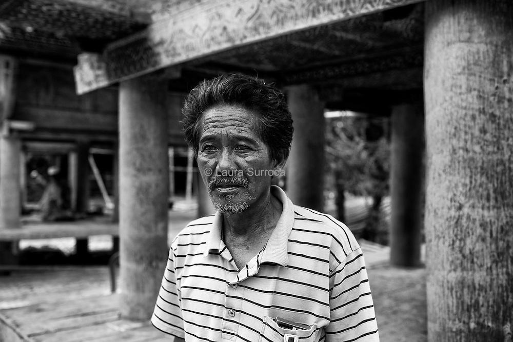 Ke'te Kesu', 11 mars 2012. Un villageois rénove sa maison dans le village de Ke'te Kesu'. Tout au long du voyage, en réalisant des portraits, j'ai le sentiment que les vivants sont plus absents que les morts, et réciproquement.