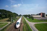 Bij Duiven passeert de ICE onderweg naar Duitsland het Candea College. Naast het spoort loopt de snelfietsroute De Liemers dat van Arnhem naar Zevenaar loopt.<br /> <br /> At Duiven the ICE to Germany is passing the Candea College. Next to the railways is the fast cycling route De Liemers between Arnhem and Zevenaar.