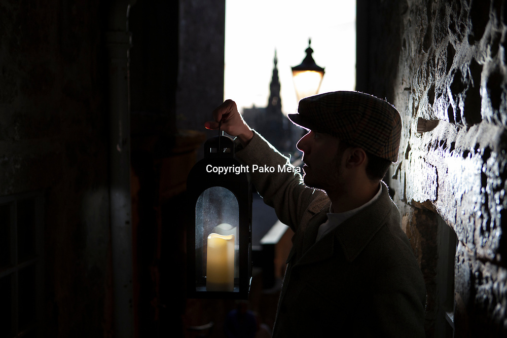EDINBURGH, UNITED KINGDON. 8th August. Press call Jonah still walks posing for a photos taken in Advocate's Close, as part of Edinburgh Fringe Festival 2016. Pako Mera/Alamy live News