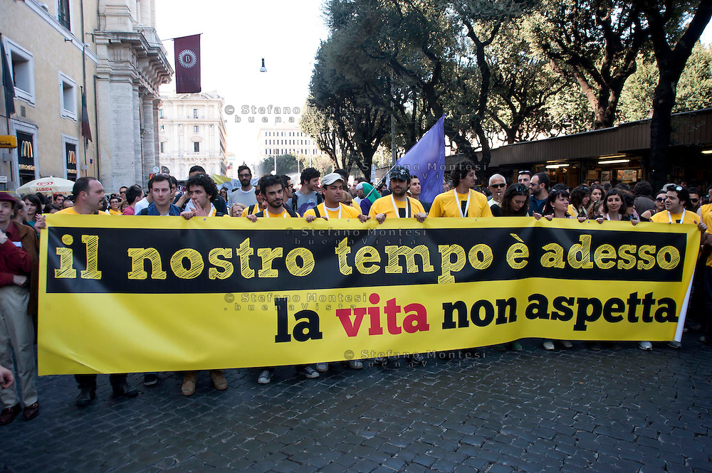 Roms 9 Aprile 2011.Manifestazione dei lavoratori precari per chiedere 'Diritti, welfare, maternità, pensione per tutti'.