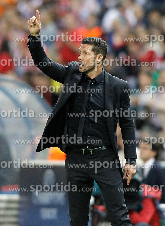 30.09.2015, Estadio Vicente Calderon, Madrid, ESP, UEFA CL, Atletico Madrid vs Benfica Lissabon, Gruppe C, im Bild Atletico de Madrid's coach Diego Pablo Cholo Simeone // during UEFA Champions League group C match between Borussia Moenchengladbach and Manchester City at the Estadio Vicente Calderon in Madrid, Spain on 2015/09/30. EXPA Pictures &copy; 2015, PhotoCredit: EXPA/ Alterphotos/ Acero<br /> <br /> *****ATTENTION - OUT of ESP, SUI*****