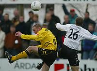 Fotball, 21. april 2002. Tippeligaen, Sogndal v  Start. Fosshaugane.  Beniusis Richardas, Start i duell med  Erik Hillestad, Sogndal.