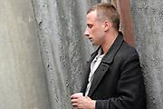 Setbezoek De Bende van Oss . In Ravenstein worden enkele scenes opgenomen.<br /> <br /> op de foto: <br /> <br />  Matthias Schoenaerts in de rol van Ties op de set