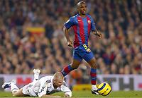 Fotball<br /> Primera Division Spania<br /> Barcelona v Real Madrid<br /> 20. november 2004<br /> Foto: Digitalsport<br /> NORWAY ONLY<br /> SAMUEL ETOO (BAR) / DAVID BECKHAM (REAL)