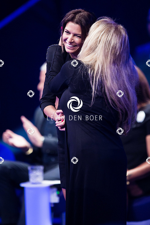 AALSMEER - Sabia Engizek en Patricia Paay tijdens de liveshow van MindMasters. FOTO LEVIN DEN BOER - PERSFOTO.NU