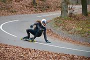Nederland, Arnhem, 16-11-2015Longboarder in actie op een helling met verharde weg..FOTO: FLIP FRANSSEN/ HH