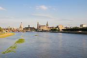 Blick über die Elbe bei Hochwasser auf barocke Altstadt, historische Kulisse, Dresden, Sachsen, Deutschland.|.Dresden, Germany, View on river Elbe and historic city of Dresden