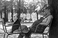 Paris 1996: donna incinta, Jardin de Luxemburg <br /> &copy;Andrea Sabbadini