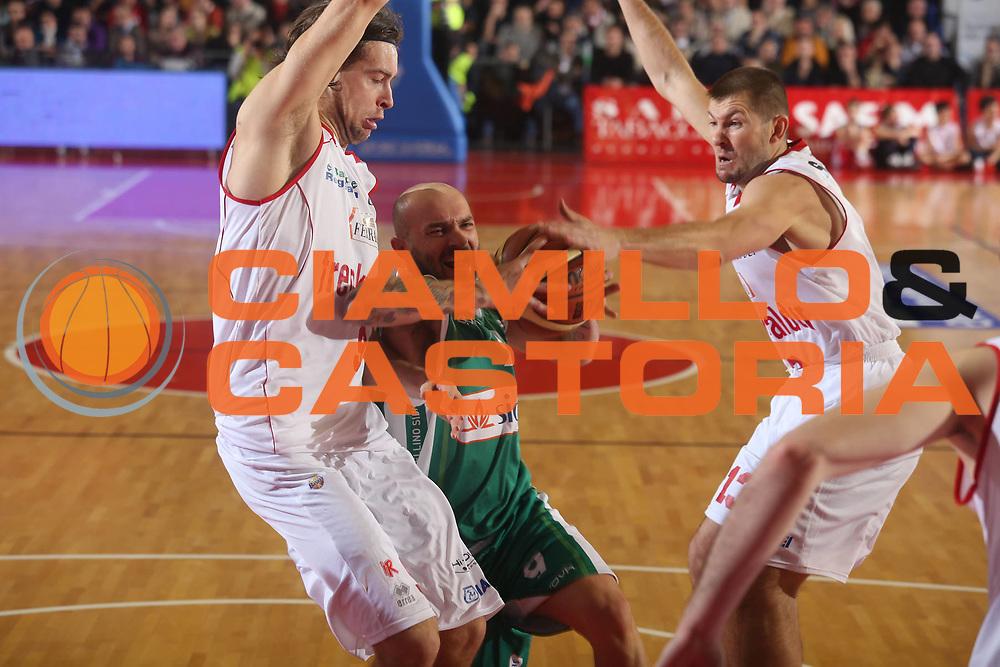DESCRIZIONE : Reggio Emilia Lega A 2012-13 Trenkwalder Reggio Emilia Sidigas Avellino<br /> GIOCATORE : Valerio Spinelli<br /> CATEGORIA : palleggio<br /> SQUADRA : Sidigas Avellino<br /> EVENTO : Campionato Lega A 2012-2013 <br /> GARA : Trenkwalder Reggio Emilia Sidigas Avellino<br /> DATA : 23/12/2012<br /> SPORT : Pallacanestro <br /> AUTORE : Agenzia Ciamillo-Castoria/P. Boccaccini<br /> Galleria : Lega Basket A 2012-2013  <br /> Fotonotizia : Reggio Emilia Lega A 2012-13 Trenkwalder Reggio Emilia Sidigas Avellino